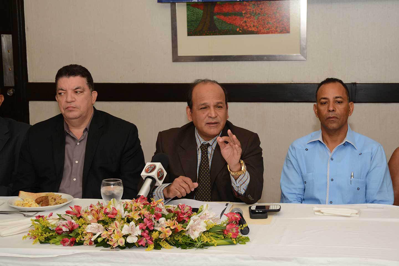 Ivan Gracía, presidente de la FDC, habla en representación de los comerciantes que rechazan las multas de la DGII./Lésther Alvarez