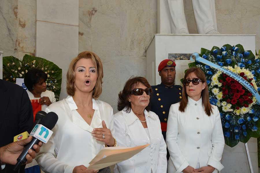 Michelle Cohen, directora de Procompetencia, en la ofrenda floral que depositó en el Altar de la Patria / LÉSTER ÁLVAREZ