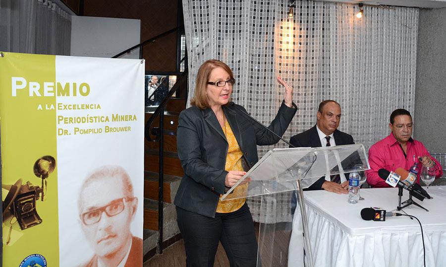 Cristina Thomén presenta el Premio a la Excelencia Periodística Minera Dr. Pompilio Brouwer. En la mesa, Luis Eduardo Díaz y  José Sena./elDinero.  LÉSTHER ÁLVAREZ