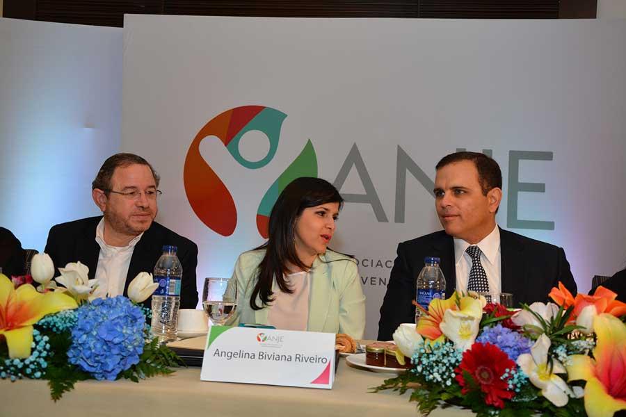 El director de Impuestos Internos, Guarocuya Félix, junto con los directivos de la ANJE. / LÉSTHER ÁLVAREZ; elDinero.com.do
