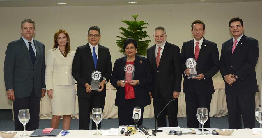 Los reconocimientos de la AIRD a Ligia Amada Melo, Víctor Bisonó y Manuel Guerrero se realizaron en un acto en la Torre Empresarial./ LÉSTHER ÁLVAREZ.