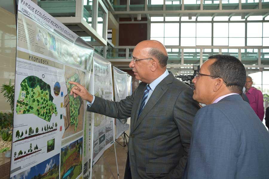 Bautista Rojas Gómez observa algunos de los proyectos de parques ecológicos./ LÉSTER ÁLVAREZ