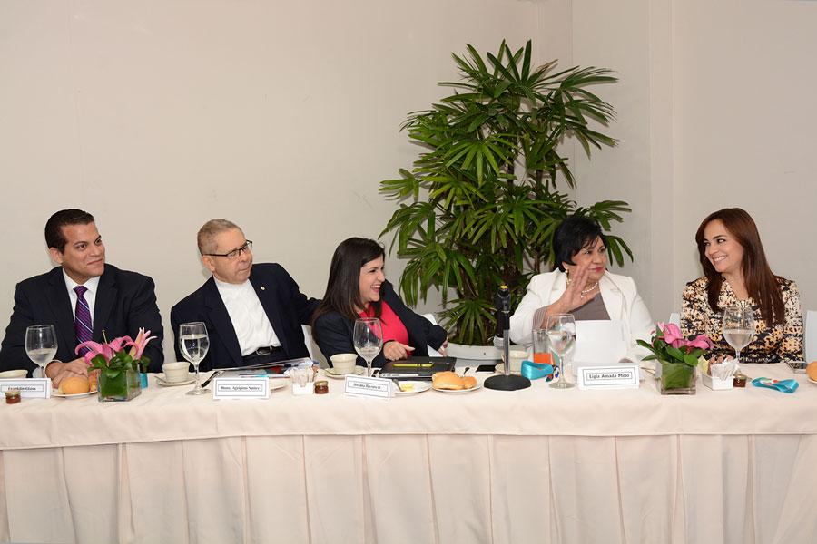 Franklin Glass,  Agripino Núñez Collado, Biviana Riveiro, Ligia Amada Melo y Laura Peña Izquierdo, durante el desayuno organizado por la ANJE./ LÉSTHER ÁLVAREZ.