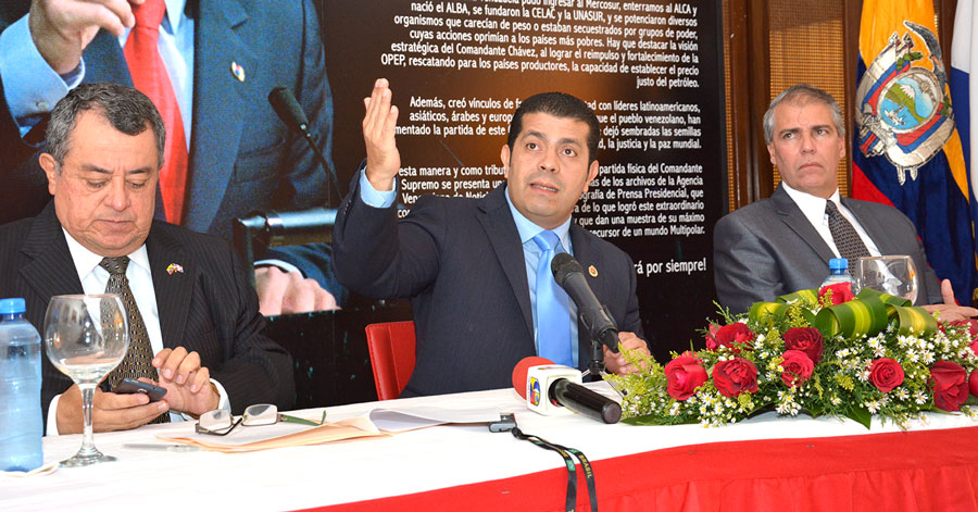 Alberto Castellar, embajador de Venezuela en República Dominicana, acompañado de Carlos López Damm embajador de Ecuador, y Carlos Jesús de la Nuez,  embajador de Cuba. /GABRIEL ALCÁNTARA.