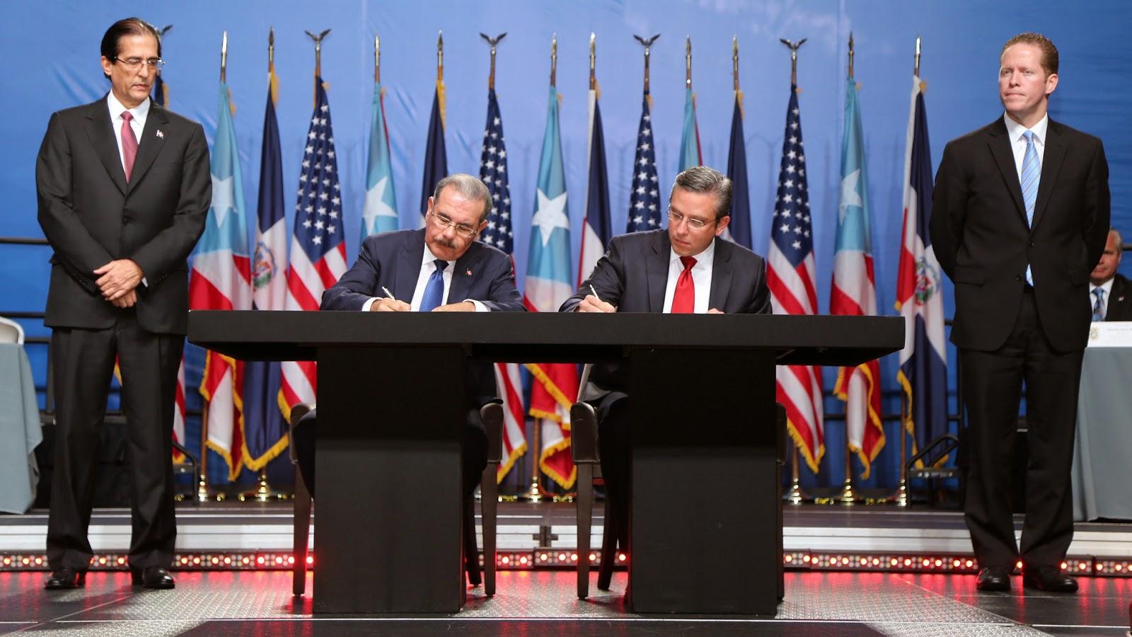 El presidente Danilo Medina y el gobernador de Puerto Rico, Alejandro García Padilla, durante la firma de los 11 convenios bilaterales.