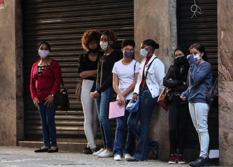 Varias personas hacen fila para aplicar a una opción de empleo, en Sao Paulo, Brasil.   Fernando Bizerra, EFE.