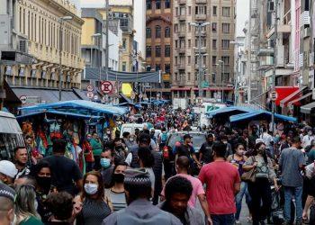 Vista de la calle 25 de Marzo, una vía comercial, en el centro de Sao Paulo, Brasil. | Sebastiao Moreira, EFE.