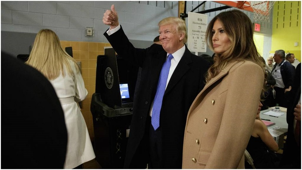 donald trump acompanado de su esposa despues de votar