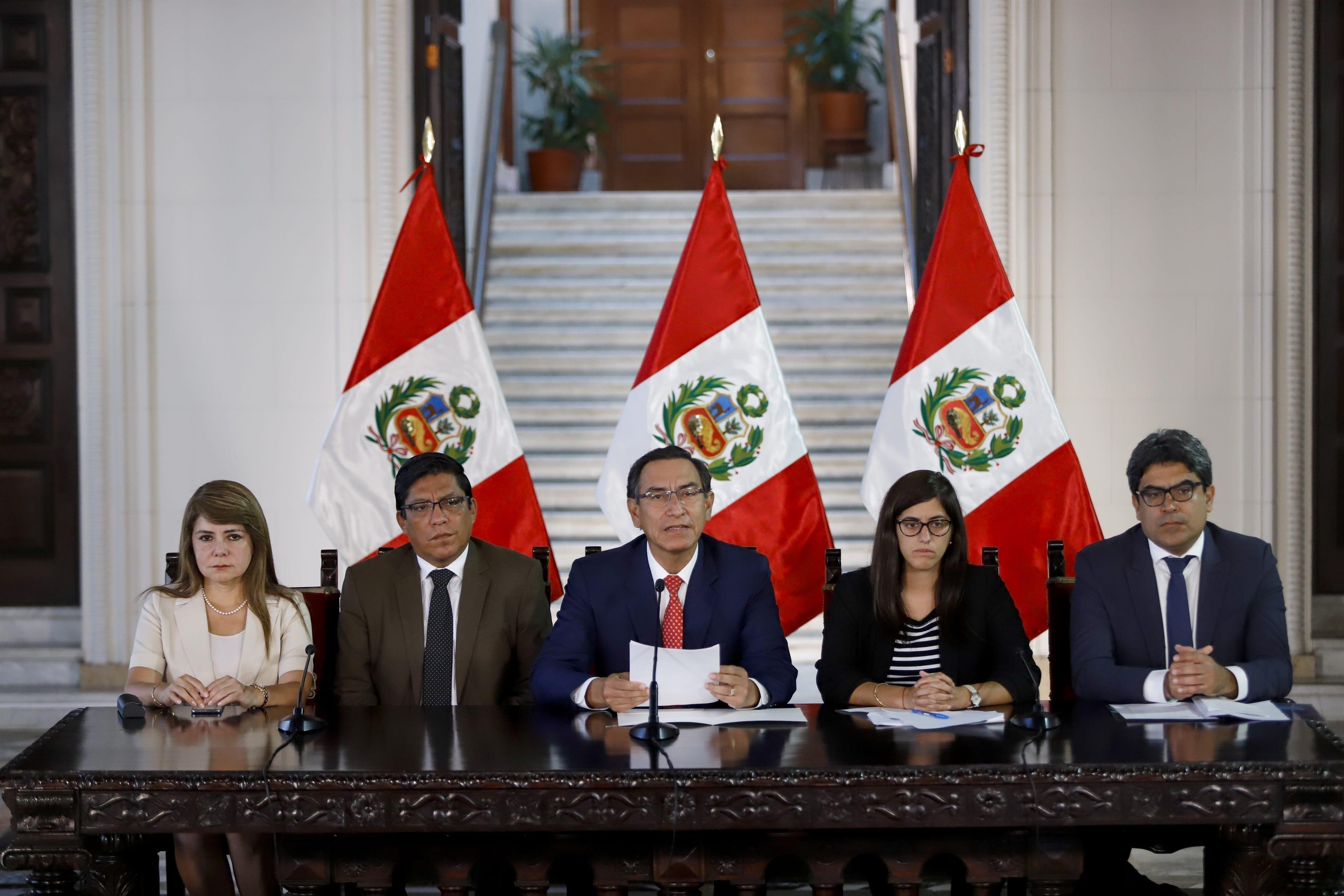 el presidente de perú, martín vizcarra junto a su equipo de gobierno