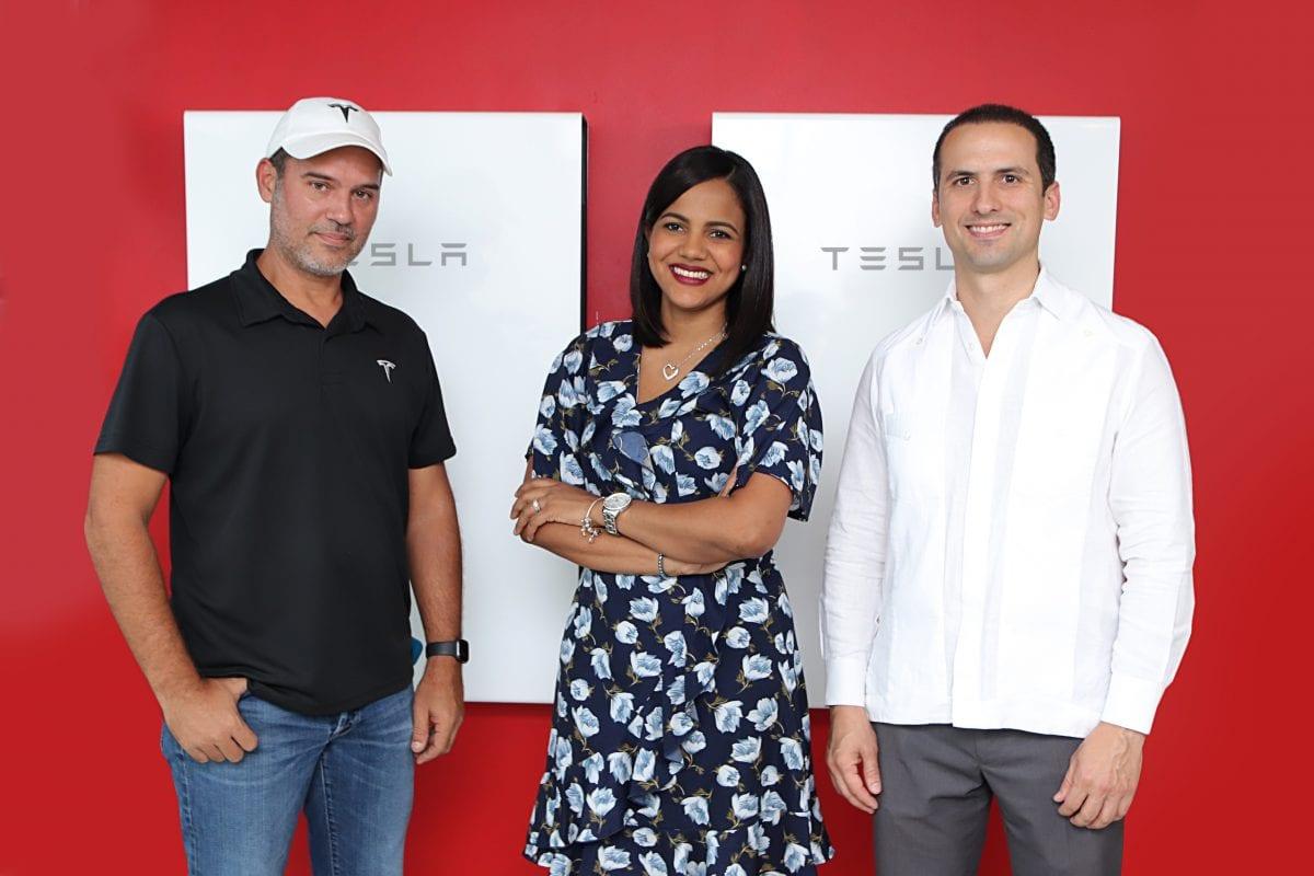 eduardo mejia, representante de tesla elizabeth manzanillo, representante del banco popular carlos grullon, presidente de raas solar.