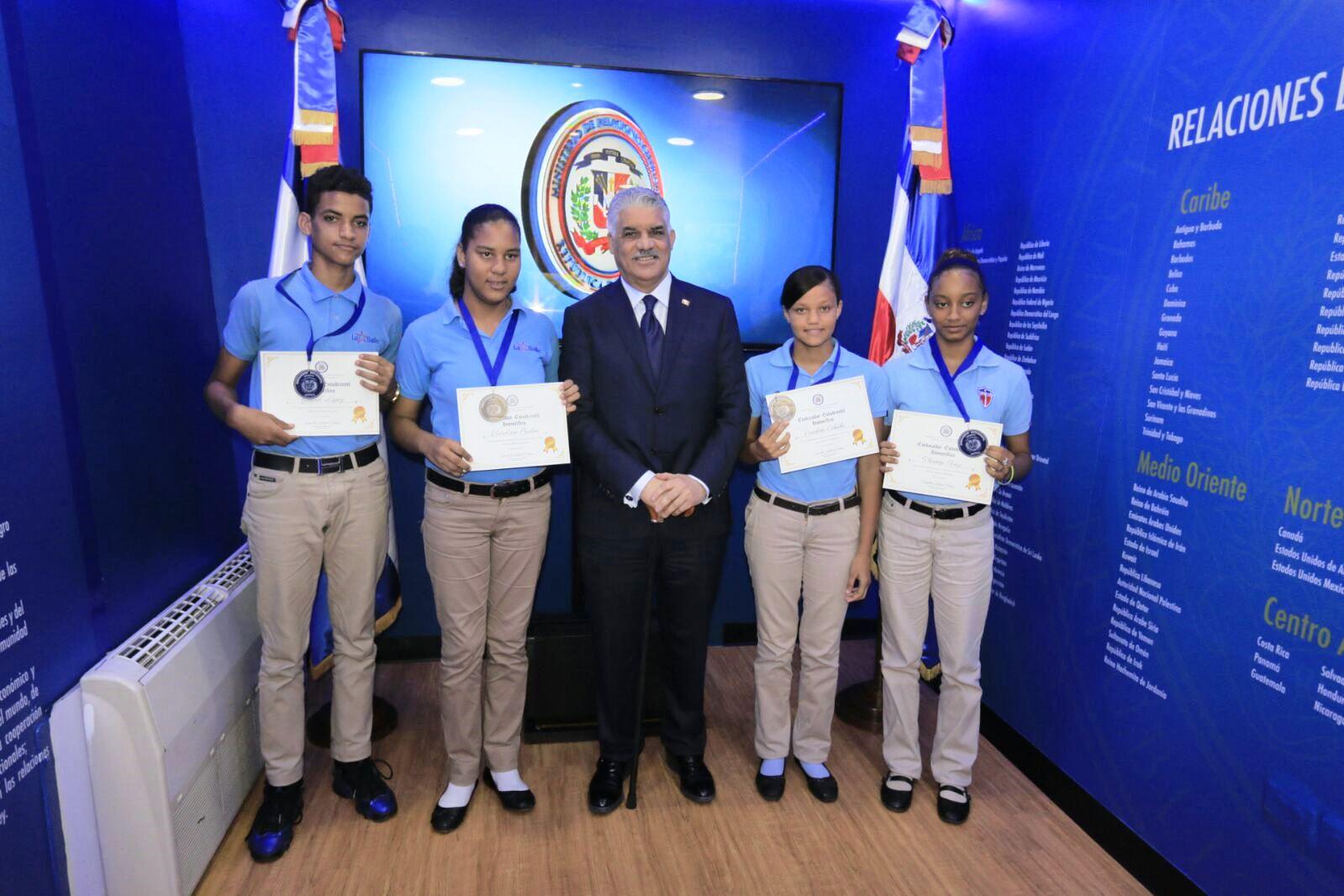 el canciller miguel vargas junto al grupo de estudiantes meritorios del liceo san juan bautista la salle quienes recibieron el reconocimiento de embajador estudiantil honorífico