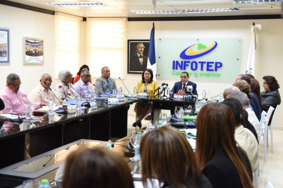 el director general del infotep junto a gobernadores de la zona fronteriza