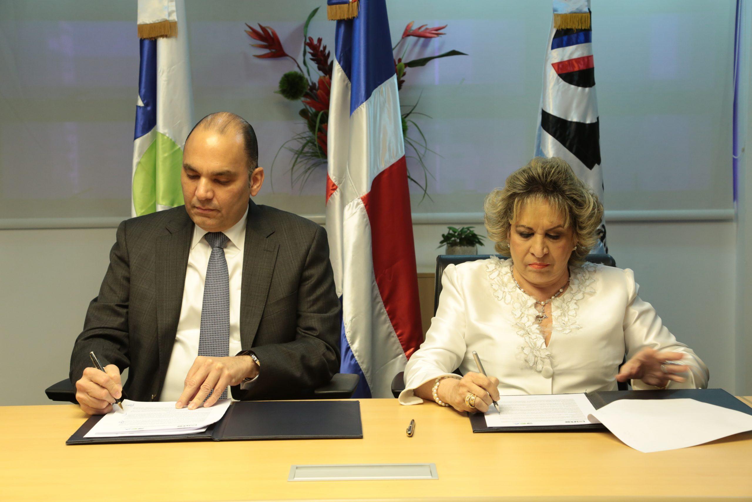 el director general de aduanas y la directora de la one suscriben acuerdo de colaboración