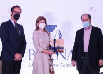 El rector de Barna, Paulo Alves y el empresario Felipe Vicini, entregan el libro a la vicepresidenta de la República, Raquel Peña.