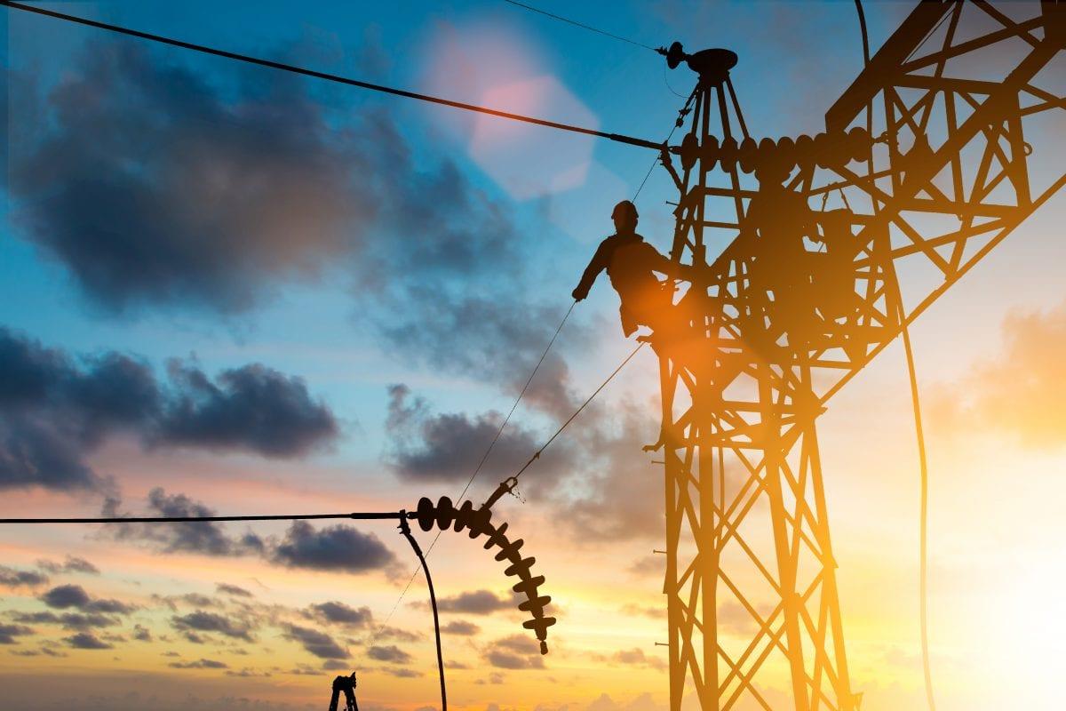 electricista en instalación de trabajo de alta tensión