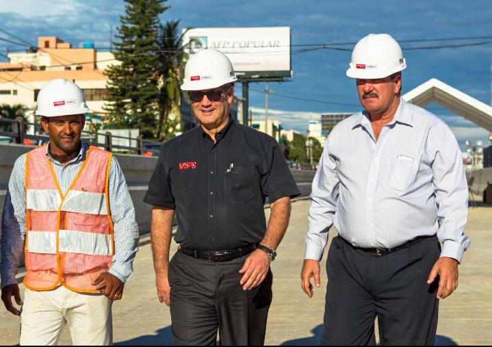 Al centro, el ministro de Obras Públicas, Gonzalo Castillo; a la izquierda, Carlos Rosario; y a la derecha, el ingeniero Luis Sergio Ferraz.