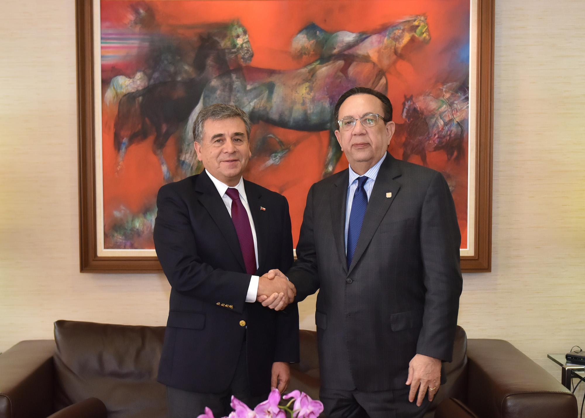 embajador chile y gobernador bcrd (1)