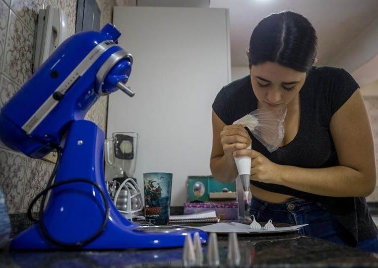 Ana Karina Santana, de Top Pastries, prepara un dulce en la cocina de su casa, en Caracas, Venezuela. | Miguel Gutiérrez, EFE.