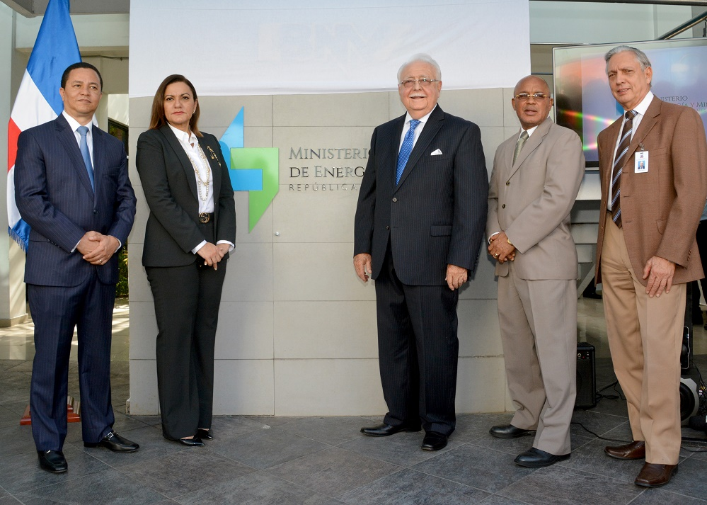 El ministro Antonio Isa Conde, acompañado de los principales funcionarios de la entidad.