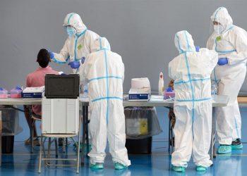 Personal sanitario realiza pruebas PCR en Girona. | David Borrat, EFE.