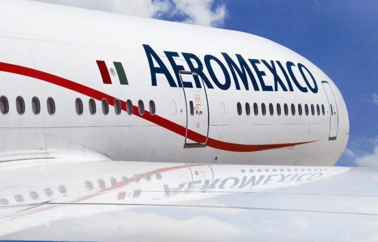 """Grupo Aeroméxico ha informado este viernes de la devolución ordenada de 19 aeronaves a sus respectivos arrendadores, como parte de su proceso voluntario de reestructuración financiera para hacer frente a la crisis del coronavirus. En concreto, como parte de las ventajas y derechos bajo su proceso voluntario de reestructuración financiera, la compañía solicitó la autorización para terminar anticipadamente ciertos contratos de arrendamiento que implican la devolución ordenada de cinco aviones Boeing 737-800, cinco Boeing 737-700 y nueve Embraer E-170-LR, así como cuatro motores GE CF34-8E5. Esta iniciativa forma parte de las medidas que está implementando en el marco de su proceso voluntario de reestructuración financiera para ganar eficiencia en su flota y, con ello, consolidar una plataforma comercial """"viable y rentable"""" de cara a la nueva realidad económica tras el impacto de la Covid-19. Aeroméxico ha asegurado que seguirá los aspectos logísticos que se acuerden con las arrendadoras para la devolución ordenada de los equipos. La medida permitirá reducir costes asociados con el arrendamiento y mantenimiento de las aeronaves y forma parte de los esfuerzos para racionalizar las flotas de sus subsidiarias que operan bajo las marcas Aeroméxico y Aeroméxico Connect. Esta decisión, que la compañía ha calificado como """"positiva y favorable para el proceso de reestructura voluntaria"""", no tiene afectación al programa y plan de destinos y frecuencias estratégicas."""