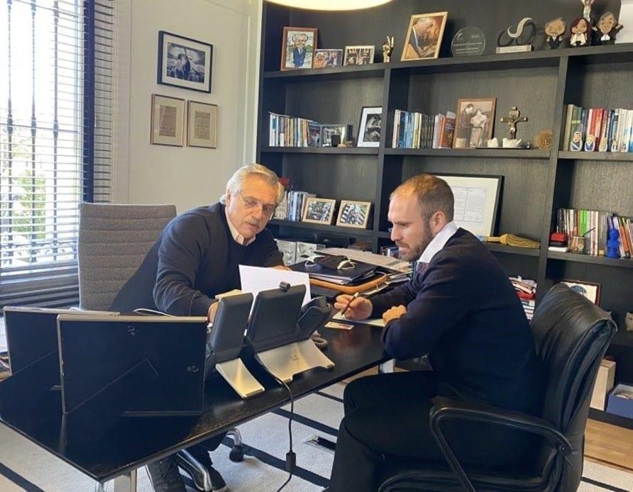 el presidente de argentina, alberto fernández, y el ministro de economía, martín guzmán