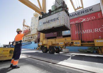 Operaciones de estiba durante la escala técnica  de contenedores Nexo Maersk. | Europa Press.