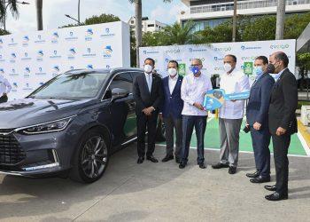 Entrega del primer vehículo eléctrico. El administrador general de Banreservas, Samuel Pereyra, entrega las llaves al propietario del vehículo eléctrico, Javier Dotel.