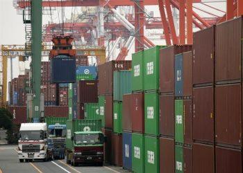 Una grúa carga contenedores en el puerto de Tokio, Japón. | Kimimasa Mayama, EFE.