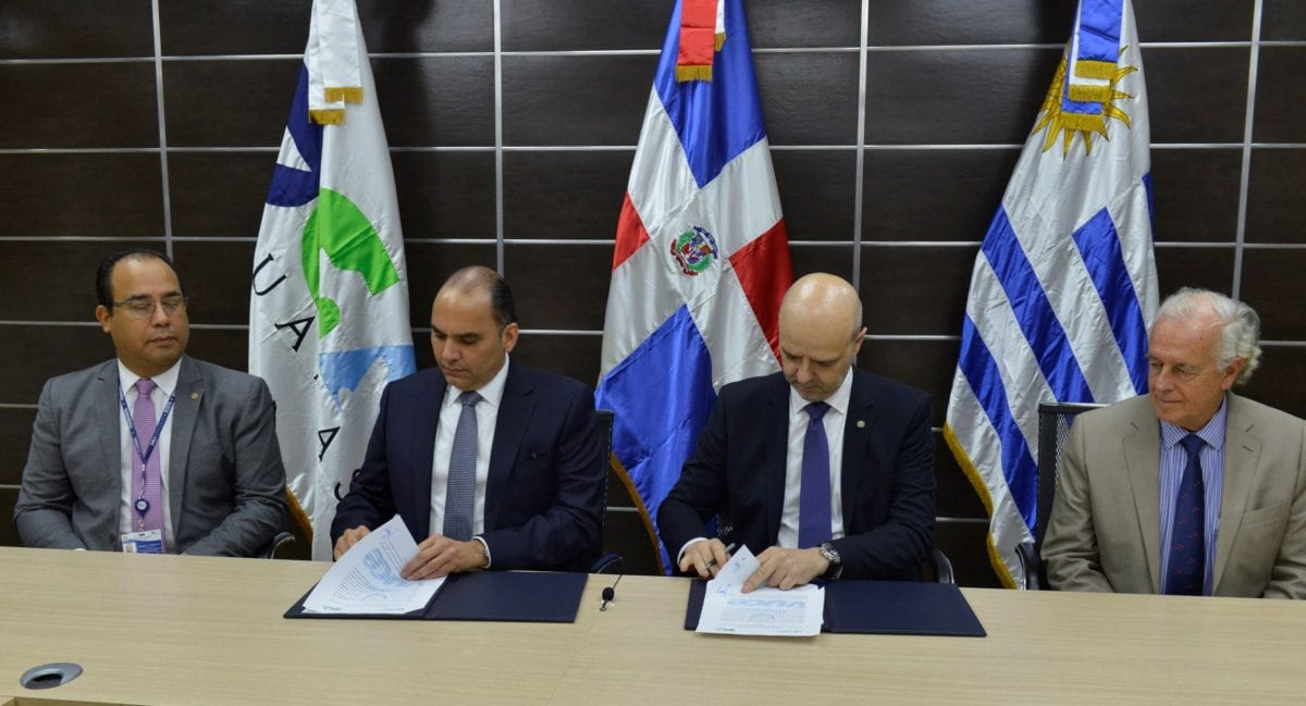 foto 1 enrique ramirez y antonio carambula firman acuerdo de cooperacion tecnica entre dga y aduana uruguay.