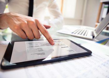La facturación electrónica permite que un proveedor y un comprador intercambien una factura en un formato electrónico. | Billin.