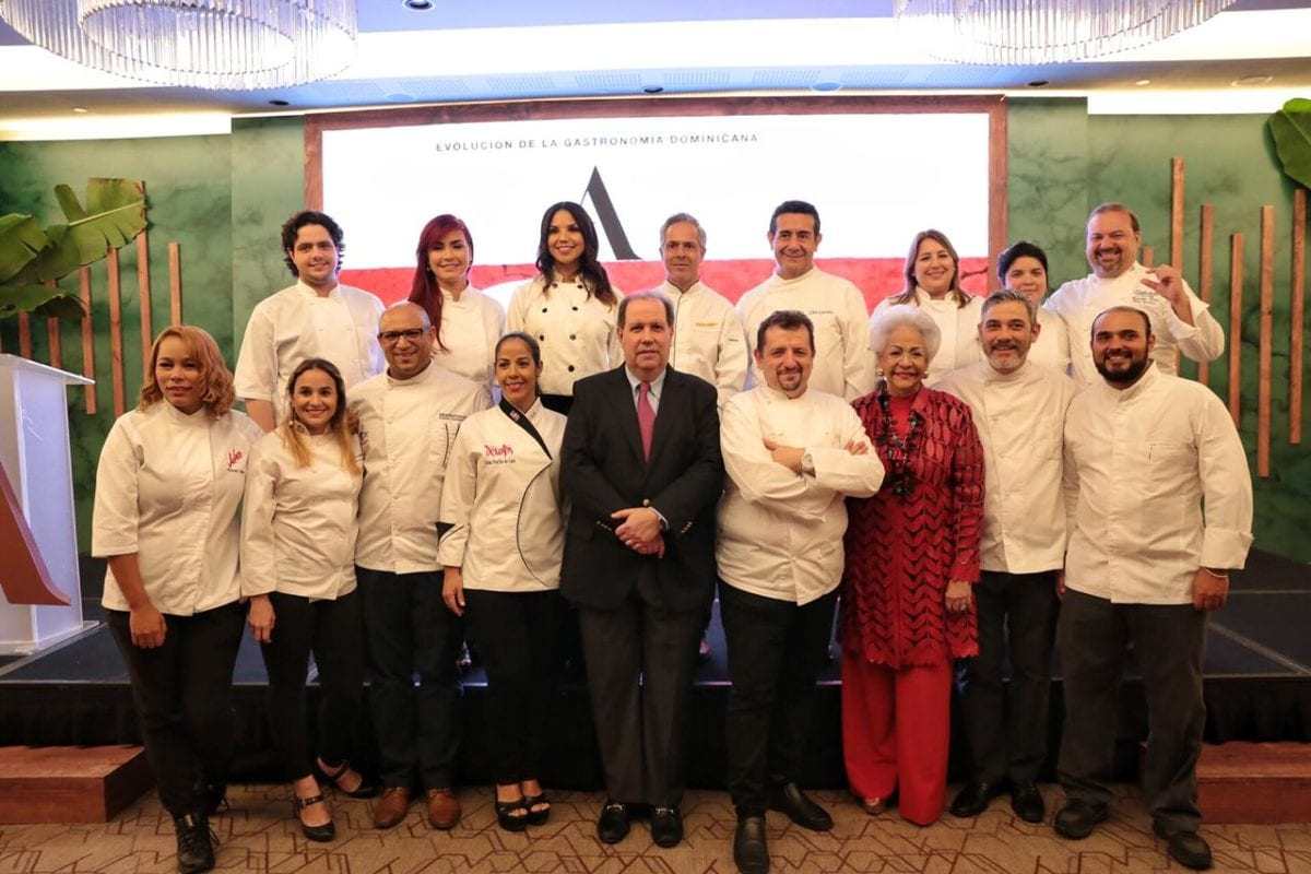 felipe vicini y esperanza de lithgow junto a los chefs del libro