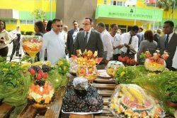El ministro de Agricultura,  Angel Estevez, en la feria frutícula organizada para celebrar la fecha.