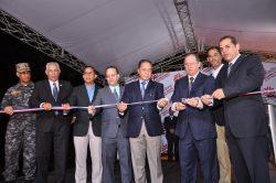 Rafael Hernández, Luis Caraballo, César de los Santos, General Nervis Pérez, Marlon Bonelly, Irvin Vargas y Gabriel Guzmán, proceden al corte de la cinta  que deja abierta la feria.