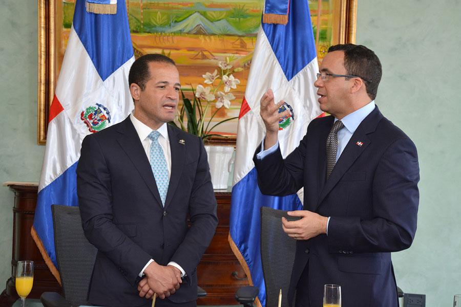 El alcalde Juan de los Santos y el canciller Andrés Navarro firmaron un acuerdo para impulsar la diplomacia urbana. / LÉSTER ÁLVAREZ