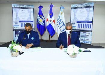 El general Carlos R. Febrillet Rodríguez y Armando Rivas firman el acuerdo.