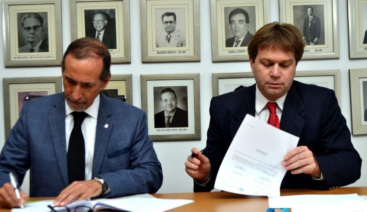 foto 1 ismael comprés y ricardo koenig, firman el acuerdo.