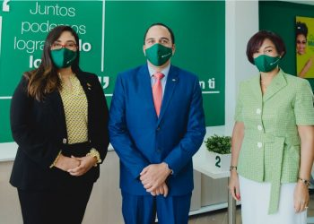Jenny Arias, Carlos Velásquez y Teodosa Agramonte, ejecutivos de Banco Caribe