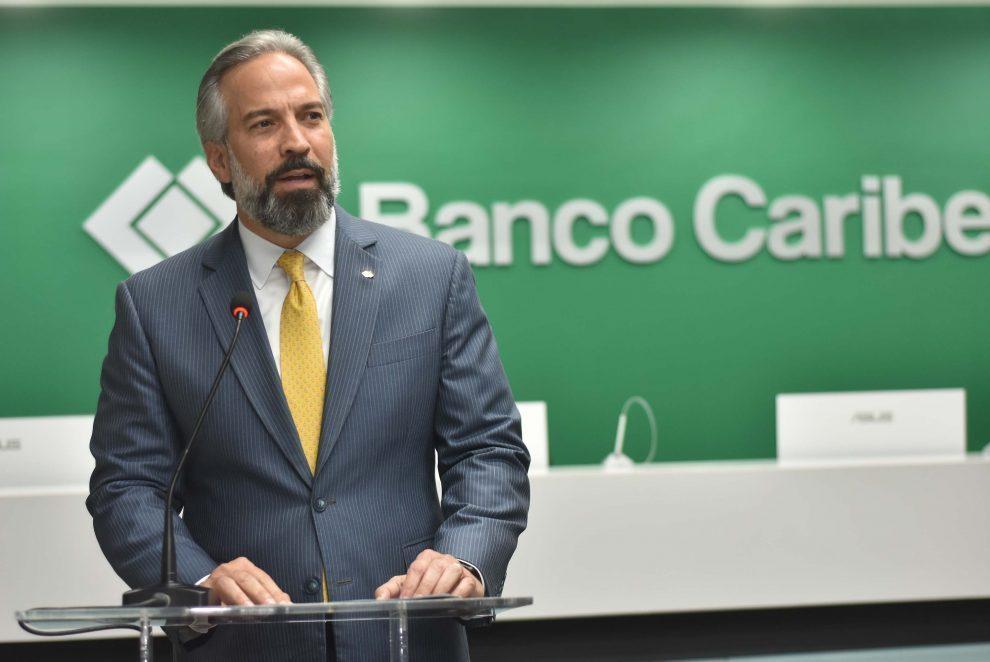 foto 3, el presidente ejecutivo de banco caribe, dennis simó, se dirige a los presentes.