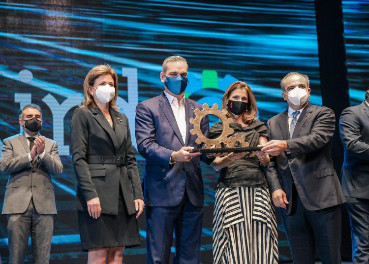 Ligia Bonetti recibe el galardon de manos de Luis Abinader y Celso Juan Marranzini. A su lado, la vicepresidenta de la República, Raquel Peña.