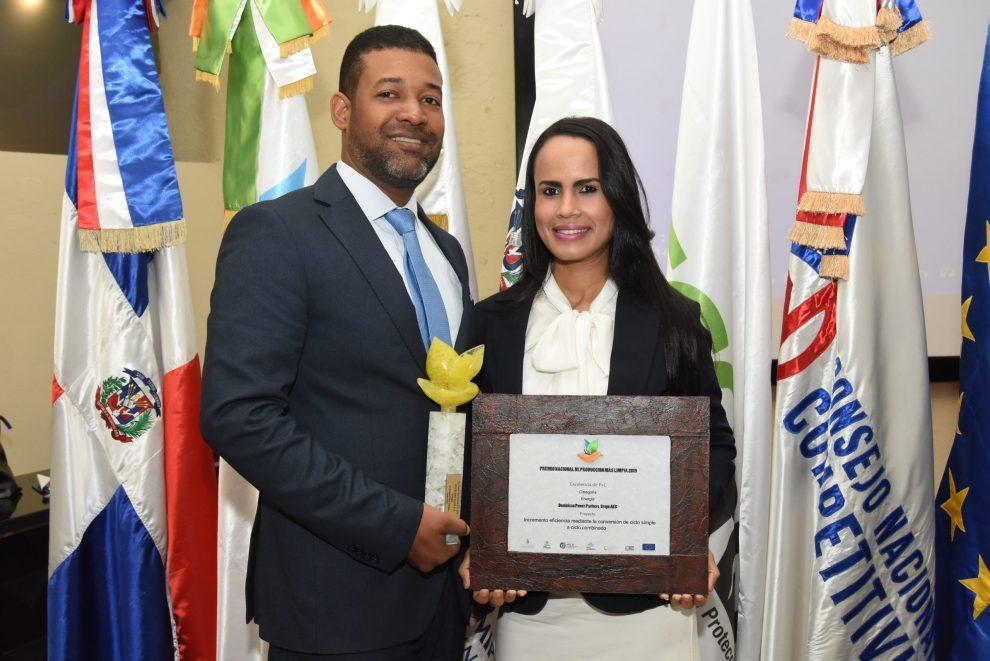 galileo portorreal y karina uzrad, en representación de la generadora dominican power parnerts, del grupo aes dominica