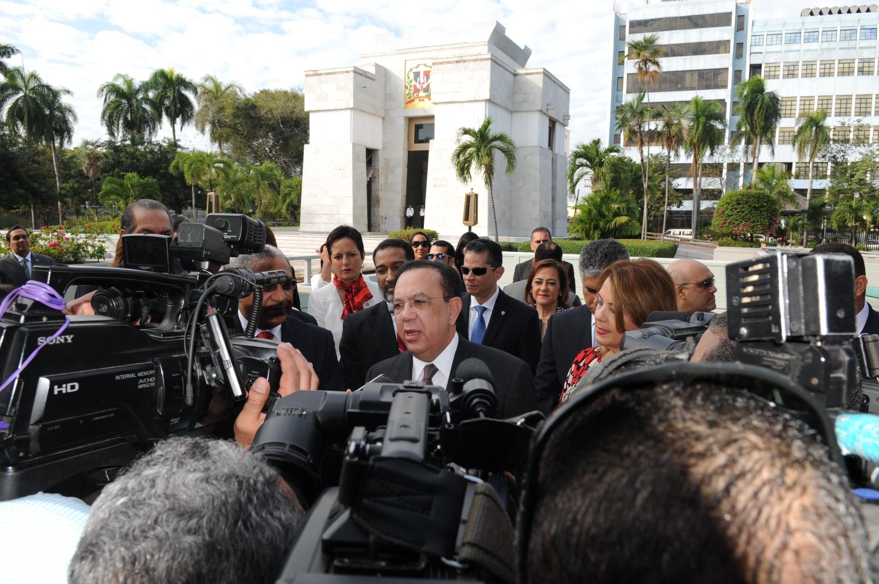 El gobernador del Banco Central, Héctor Valdez Albizu, fue entrevistado luego de llevar una ofrenda floral al Altar de la Patria.
