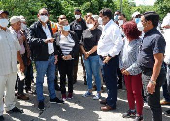 La gobernadora de Azua, Grey Pérez Díaz, conversando con los munícipes.