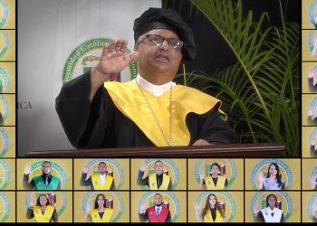 El monseñor Benito Ángeles, rector de la UCSD, le exhortó a los graduandos a mantener la fe en tiempo de crisis.