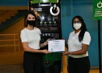 Helena Saez, gerente de comunicación recibe certificación del Intrant
