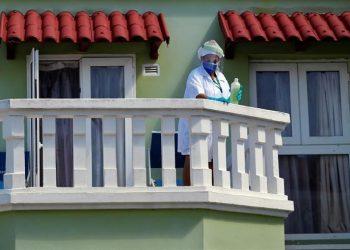 Una trabajadora del servicio de un hotel realiza labores de limpieza en La Habana, Cuba. | Ernesto Mastrascusa, EFE.