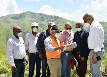 Salazar recorre la zona donde se construirá el Proyecto Artibonito junto a su equipo de trabajo.