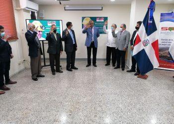 Acto de juramentación en el que Miguel Peña y otros incumbentes tomaron posesión de sus funciones en las instituciones públicas destinadas a promover el sector minero.