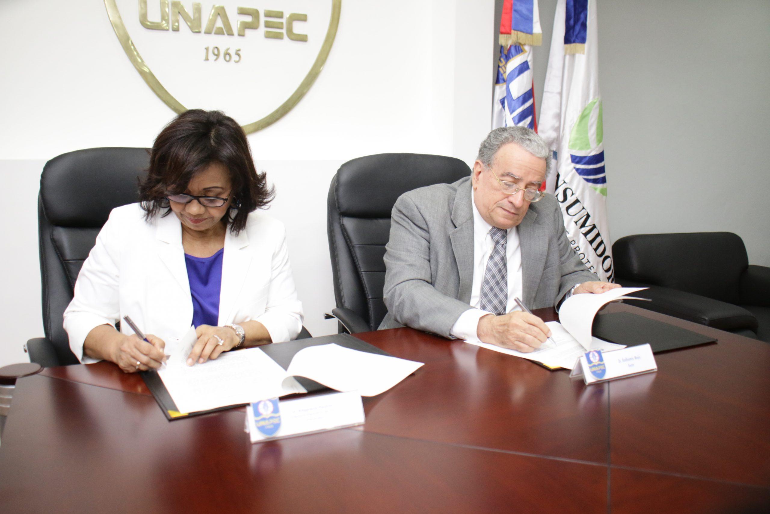 Altagracia Paulino y Radhamés Mejía Tejeda firman el convenio en la sede de la Unapec./elDinero
