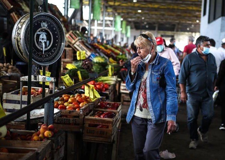 Un grupo de personas realizan compras en el Mercado Central de Buenos Aires, Argentina.   Juan Ignacio Roncoroni, EFE.